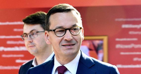 """Ta dyskusja jest dopiero przed nami i niczego nie należy przesądzać - powiedział premier Mateusz Morawiecki, pytany o możliwość ewentualnego wprowadzenia tzw. emerytury obywatelskiej. """"Szanujemy dotychczasowe prawa nabyte i wszelkie rozwiązania muszą mieć akceptację społeczną"""" - dodał."""