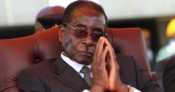 """""""Zmarł były prezydent Zimbabwe Robert Mugabe; miał 95 lat"""" - poinformował w piątek portal BBC News, powołując się na rodzinę. Dawny przywódca zmagał się z chorobą, nie podano jednak, na co konkretnie cierpiał."""