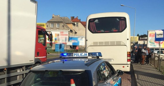 Policjanci z Nowego Miasta Lubawskiego w woj. warmińsko-mazurskim zatrzymali autobus rejsowy, w którym aż o 25 osób przekroczona była maksymalna liczba podróżnych. Wśród nich byli uczniowie.
