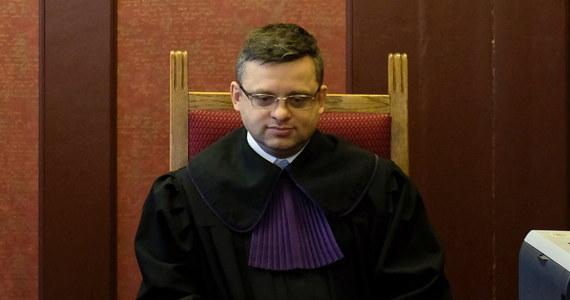 """""""Mój mocodawca jest ofiarą"""" - mówi adwokat Piotr Urbanek, który reprezentuje sędziego Arkadiusza Cichockiego, byłego prezesa Sądu Okręgowego w Gliwicach, powiązanego z internetową hejterką Emilią. Na konferencji w Częstochowie pełnomocnik sędziego zaprezentował film, w którym głos zabiera sam Cichocki."""