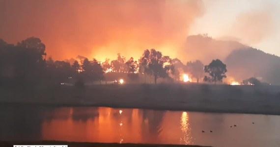 Co najmniej 18 domów spłonęło w gigantycznych pożarach trawiących wschodnią Australię. W stanach Queensland i Nowa Południowa Walia setki osób zostało ewakuowanych.