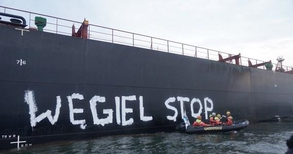 """Interwencja Straży Granicznej na Zatoce Gdańskiej. Załoga należącej do Greenpeacu jednostka """"Rainbow Warrior III"""" ogłosiła protest przeciwko transportowi węgla z Mozambiku do Polskiej."""
