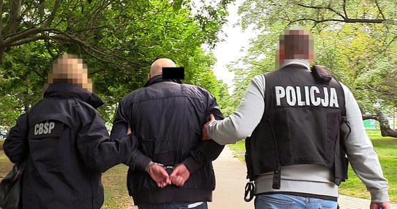 CBŚP rozbiło grupę, która podejrzana jest o wyłudzenie niemal 7 mln złotych podatku VAT. Policjanci wspólnie z Prokuraturą Regionalną w Lublinie prowadzą śledztwo, które obejmuje już 30 osób.