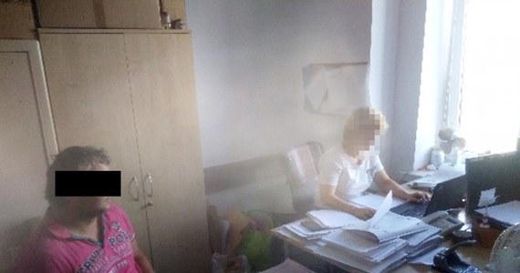 Warszawska policja, we współpracy z kierownictwem hotelu na Mokotowie, zatrzymała 35-letniego pracownika technicznego, który w ciągu dwóch tygodni miał wymontować z prawie 100 pokoi urządzenia multimedialne, rozszerzające możliwości telewizorów. Straty hotelu oszacowano na 20 tysięcy złotych.