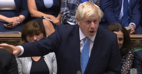 To nie parlament na Ukrainie ani dantejskie sceny w zgromadzeniach na Dalekim Wschodzie - to brytyjska Izba Gmin, rozhuśtana brexitem i sprawiająca wrażenie końca świata. Świata nad Tamizą, który uważany jest za kolebkę demokracji. Premier Boris Johnson zawiesił właśnie na pięć tygodni parlament. Wznowi jego działalność dopiero 14 października. Jak twierdzi opozycja, zrobił to, by uciszyć głosy sprzeciwu wobec swojej wizji brexitu. Izba Gmin nie przyjęła tego po cichu.
