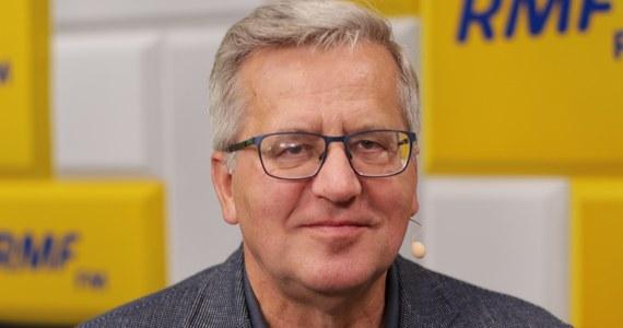 """""""Świetny moment. To było na dzień przed zamknięciem możliwości manipulowania listami wyborczymi"""" – tak Bronisław Komorowski tłumaczy, dlaczego tak późno Koalicja Obywatelska przedstawiła Małgorzatę Kidawę-Błońską jako swojego kandydata na premiera. """"Oznaczało to pełne zaskoczenie dla Prawa i Sprawiedliwości"""" – dodał były prezydent, gość Popołudniowej rozmowy w RMF FM. Jego zdaniem, było to znakomite zagranie polityczne. """"PiS nie wie, jak na to odpowiedzieć. To podniesienie poprzeczki, jak chodzi o kwalifikacje polityczne, moralne i obyczajowe"""" – argumentował – """"Niech PiS się stara dorównać""""."""
