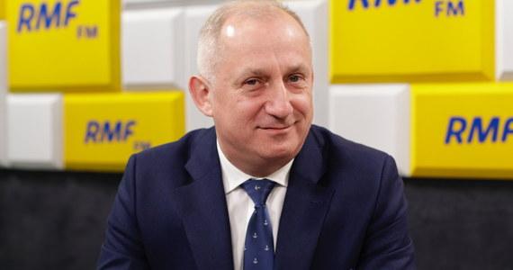 """""""Tego chyba nikt nie rozumie, to będzie pierwszy przypadek w historii ostatnich 30 lat, kiedy ma być posiedzenie Sejmu po wyborach złożone z posłów poprzedniej kadencji"""" - tak w Porannej rozmowie w RMF FM Sławomir Neumann mówił o wieczornej decyzji Prezydium Sejmu, zgodnie z którą dziś posiedzenie Sejmu zostanie przerwane, a wznowione będzie dopiero po wyborach. """"To jest dziwaczne. To coś niepotrzebnego i zadziwiającego"""" - oceniał gość Roberta Mazurka. """"Wiem, że PiS-owi przebywanie w Sejmie szkodzi, boją się debaty, boją się komisji, boją się nawet spotkać w Sejmie dziennikarzy"""" - ironizował przewodniczący klubu parlamentarnego PO-KO."""