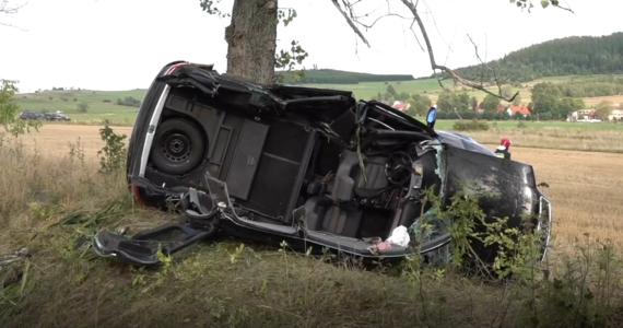 24-latka wpada w poślizg i wypadła z drugi uderzając w drzewo. Po badaniu alkomatem okazało się, że ma ponad 2 promile alkoholu w wydychanym powietrzu.