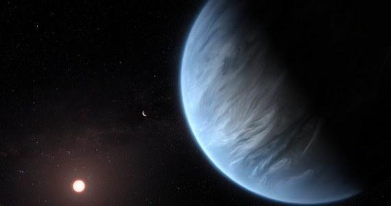 """Astronomowie z University College London (UCL) ogłaszają na łamach czasopisma """"Nature Astronomy"""" odkrycie pierwszej planety pozasłonecznej, która ma w atmosferze parę wodną. K2-18b krąży wokół swej gwiazdy w gwiazdozbiorze Lwa, 110 lat świetlnych od nas. Jest osiem razy bardziej masywna od Ziemi, znajduje się w tak zwanej strefie zamieszkiwalnej, gdzie woda może istnieć w postaci ciekłej. Faktyczne potwierdzenie, że woda, choćby w postaci pary wodnej, tam jest sprawia, że to pierwsza planeta, o której wiemy, że potencjalnie mogłoby istnieć tam życie."""