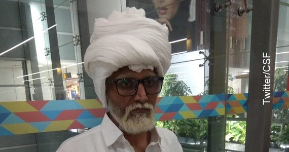 Siwa broda, okulary, turban, a nawet wózek inwalidzki – to wszystko miało pomóc 32-letniemu obywatelowi Indii przechytrzyć celników z Delhi. Mężczyzna udawał staruszka, by dostać się do samolotu lecącego do Nowego Jorku. Zamiar jednak się nie powiódł – podaje CNN.