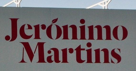Grupa Jeronimo Martins, właściciel sieci sklepów Biedronka, odmawia zapłacenia portugalskiemu rządowi ponad 20 mln euro z tytułu tzw. taksy bezpieczeństwa spożywczego. Detalista zalega z uregulowaniem tego zobowiązania, twierdząc, że jest to niezgodne z prawem.