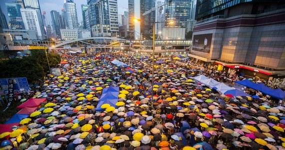 Fala prodemokratycznych protestów w Hongkongu nie ustaje, nawet po obietnicy wycofania projektu umożliwienia ekstradycji do Chin kontynentalnych, który ją wywołał. W poniedziałek mija 100 dni od pierwszej masowej demonstracji z udziałem setek tysięcy osób.