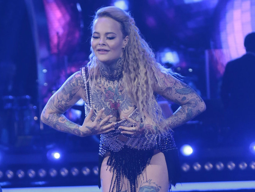"""Monika Miller, wnuczka byłego premiera i uczestniczka programu """"Dancing with the Stars. Taniec z Gwiazdami"""", ujawniła w sieci, że zmniejszyła piersi. Poddała się operacji, z której efektów jest bardzo zadowolona. Zmniejszyła biust o kilka rozmiarów."""