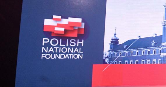 Polska Fundacja Narodowa zapłaciła 5,5 mln dolarów amerykańskiej firmie PR-owej White House Writers Group. Jak informuje dzisiaj Onet, na kontrakcie najbardziej skorzystała rodzina polonijnego historyka Marka Chodakiewicza.