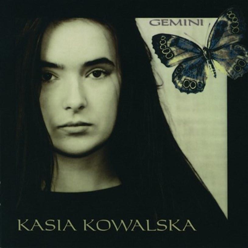 """18 września mija 25 lat od premiery debiutanckiej płyty Kasi Kowalskiej. Album """"Gemini"""" przyniósł takie przeboje, jak m.in. """"Jak rzecz"""", """"Oto ja"""", """"Wyznanie"""" i """"Kto może to dać""""."""