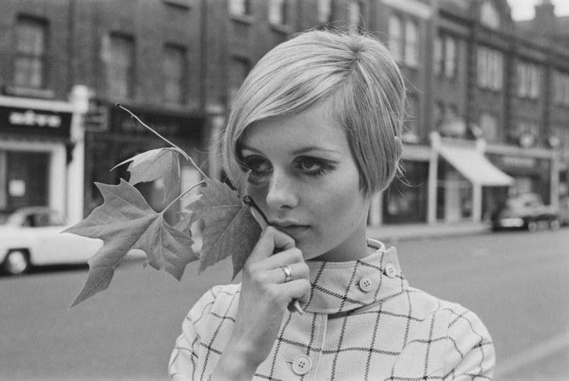 Chłopięca fryzura, krótkie włosy, ogromne oczy i domalowane rzęsy - oto znaki rozpoznawcze Twiggy. Pierwsza światowa supermodelka Twiggy 19 września kończy 70 lat.
