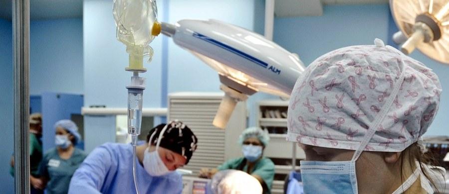 Tylko co piąta osoba, która w Polsce przechodzi zawał serca, korzysta z tak zwanej kompleksowej opieki pozawałowej, mimo że formalnie działa ona już od prawie dwóch lat. Taka opieka - nazywana też pakietem pozawałowym - zapewnia pacjentom zabieg, rehabilitację i wizytę kontrolną bez kolejek.