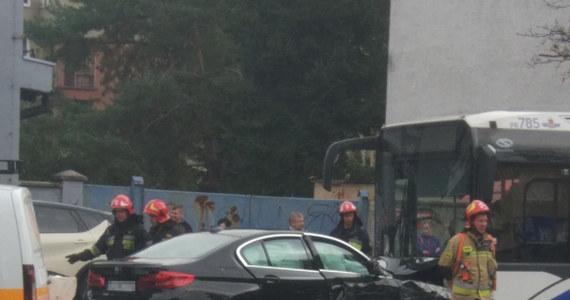 7 osób poszkodowanych po tym, jak samochód osobowy wjechał w autobus miejski w Krakowie przy ulicy Prądnickiej. Informację o tym wypadku dostaliśmy na Gorącą Linię RMF FM.