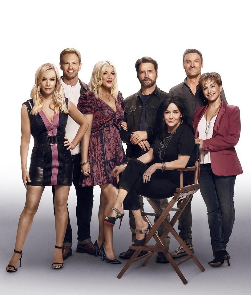 """Kultowy serial młodzieżowy z lat 90. powraca na polskie ekrany w nowej odsłonie po 25 latach od premiery pierwszego odcinka. Dawna obsada oryginalnego """"Beverly Hills 90210"""" spotyka się na planie 6-odcinkowej serii i zaprasza widzów w nostalgiczną podróż. Premiera serialu w środę 9 października o 21:05 na kanale FOX."""