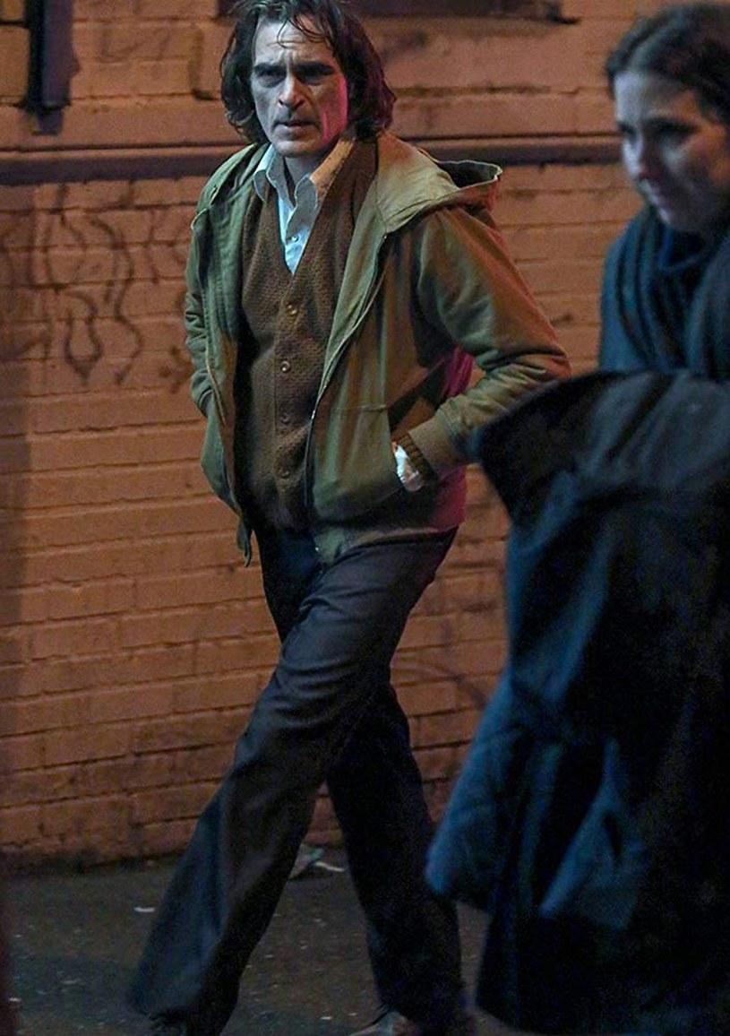 """Joaquin Phoenix błagał reżysera filmu """"Joker"""", Todda Phillipsa, by pozwolił mu przytyć do roli tytułowego bohatera. Reżyser był jednak nieubłagany i kazał aktorowi zrzucić ponad 20 kilogramów."""