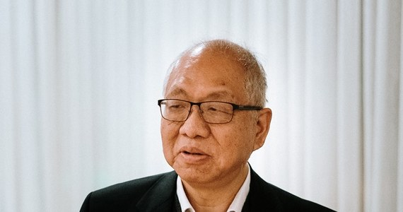 Nie wyobrażam sobie, by Wszechświat można było opisać w innym języku, niż język matematyki - mówi RMF FM Prof. Shing-Tung Yau z Uniwersytetu Harvarda, jeden z czołowych matematyków świata, laureat Medalu Fieldsa, nazywanego matematycznym Noblem. Gość konferencji matematycznej na krakowskiej AGH, w rozmowie z Grzegorzem Jasińskim mówi o trudnym dzieciństwie w Hong Kongu, emigracji do USA, sukcesie zrodzonym z porażki, Medalu Fieldsa, który otrzymał w Warszawie, wreszcie przekonaniu, że sztuczna inteligencja nie będzie kreatywna. Odpowiada też na pytania o Chiny, gwałtownie nadrabiające stracone lata, o ich napięcia z Ameryką i przyszłość Hong Kongu.