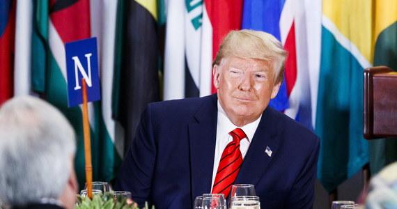 Biały Dom udostępnił w środę zapis lipcowej rozmowy prezydenta USA Donalda Trumpa z prezydentem Ukrainy Wołodymyrem Zełenskim, podczas której Trump prosił Zełenskiego, żeby przeprowadził dochodzenie w sprawie syna byłego amerykańskiego wiceprezydenta Joe Bidena.