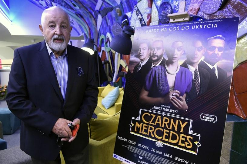 """Reżyser Janusz Majewski, którego filmy cieszą się od lat niesłabnącą popularnością, nie chce robić współczesnych obrazów. """"Unikam tematów współczesnych"""" - mówi PAP Life. """"Prawdziwą nagrodą za pracę jest to, kiedy zupełnie obcy człowiek zaczepia mnie na ulicy i dziękuje mi"""" - dodaje reżyser. Jego najnowszy film, """"Czarny Mercedes"""" trafi na ekrany polskich kin w najbliższy piątek, 4 października."""