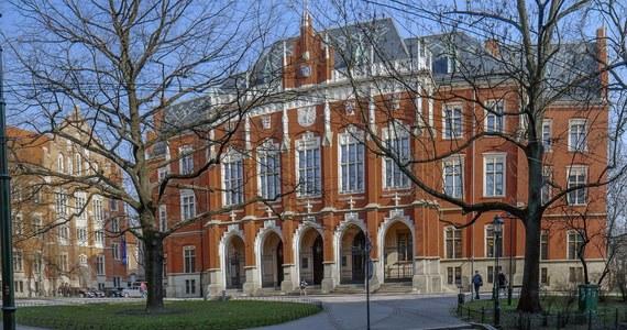 35 tysięcy studentów zacznie w październiku rok akademicki na najstarszej Polskiej uczelni - Uniwersytecie Jagiellońskim. W tym roku przyjmowani są tylko ci, którzy zadawali maturę rozszerzoną. Wprowadzono także zmiany organizacyjne uczelni w związku z nową ustawą o szkolnictwie wyższym.