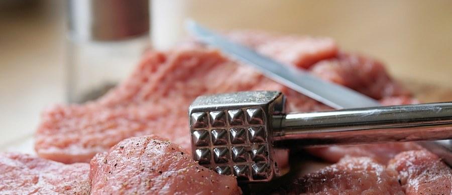 """Jeśli lubisz czerwone mięso, nie musisz go ograniczać, przynajmniej nie ze wględów zdrowotnych - przekonuje międzynarodowy zespół naukowców. Opublikowane dziś na łamach czasopisma """"Annals of Internal Medicine"""" przeglądowe prace wskazują na to, że nie ma dowodów, by spożywanie czerwonego, czy silnie przetworzonego miesa miało negatywny wpływ na nasze zdrowie, w szczególności zwiększało ryzyko chorób serca, cukrzycy, czy chorób nowotworowych."""