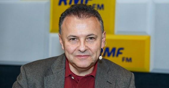 """Czy Polskę czeka scenariusz grecki i czy to oznacza bankructwo? """"Przez scenariusz grecki nie rozumiałem samego bankructwa. Od bankructwa jesteśmy w tej chwili długie, długie lata"""" - stwierdził w Popołudniowej rozmowie w RMF FM ekonomista, prof. Witold Orłowski. """"Scenariusz grecki to jest sytuacja, w której partie uznają, że jedyny sposób wygrania wyborów to jest kupowanie przed każdymi wyborami głosów wyborców - obiecywanie, przebicie przeciwnika, jeśli chodzi o obietnice, dostarczanie tych obietnic - oczywiście na kredyt"""" - tłumaczył. """"Nigdy nie mówiłem, że budżet się zawali. Jesteśmy bardzo daleko od jakiejkolwiek katastrofy, ale idziemy w taką stronę, że jeśli będziemy szli przez najbliższe 10 lat w tę samą stronę to dojdziemy do skraju przepaści"""" - podkreślił."""