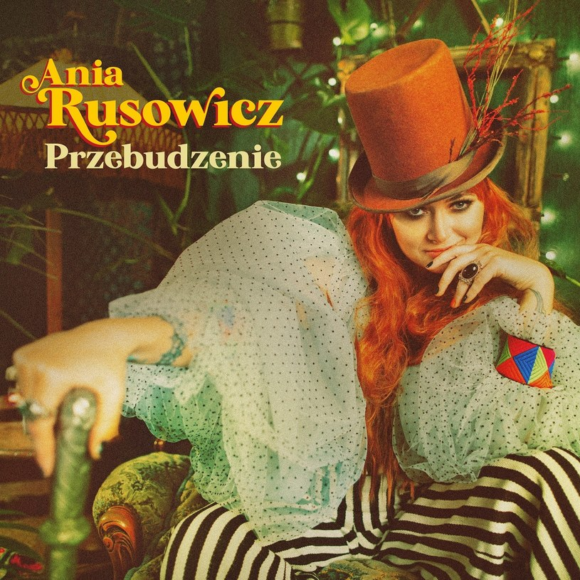 """Nowa płyta Ani Rusowicz nie powstała na fali retromanii - wszak cała jej dotychczasowa solowa twórczość jest mocno osadzona w rocku rodem z lat 60. czy 70. Nie inaczej jest z """"Przebudzeniem"""". Słychać tam ulubione muzyczne rejony Rusowicz, takie jak blues czy bigbit. Muzyka retro, ale za to narracja osadzona we współczesności."""