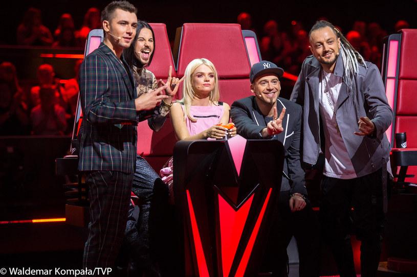"""Podczas ostatnich przesłuchań w ciemno w """"The Voice of Poland"""" w programie zobaczymy Jakuba Dąbrowskiego. Wokalista odwróci cztery fotele."""