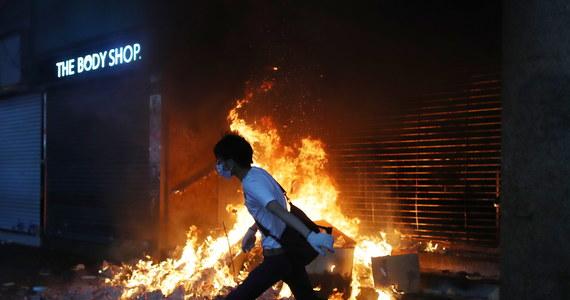 14-latek został postrzelony w udo ostrą amunicją podczas piątkowych starć w Hongkongu – podały miejscowe media. Policja potwierdziła, że jeden z funkcjonariuszy oddał strzał, gdy atakowali go demonstranci, ale nie wspomniała przy tym o rannym nastolatku.