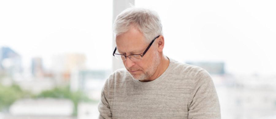 Dla osób zmagających się z cukrzycą oraz ich bliskich ważne jest, aby wiedzieć, czym charakteryzuje się ta choroba i jak ją leczyć. Znają one takie pojęcia, jak hipoglikemia czy hiperglikemia. Jednak dla osób, które nigdy nie miały do czynienia z wahaniami poziomu cukru we krwi, pojęcie hiperglikemii może nie być już tak jasne. Hiperglikemia to wzrost stężenia glukozy we krwi powyżej górnej granicy normy, której prawidłowe stężenie wynosi 3,4–5,5 mmol/l (60–99 mg/dl). Może występować u chorych na cukrzycę lub osób, które nie zapadły na tę dolegliwość.
