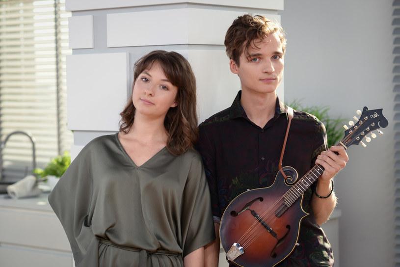 Rodzinny duet Kwiat Jabłoni jest jednym z muzycznych objawień 2019 r. Zespół tworzą dzieci Kuby Sienkiewicza, lidera Elektrycznych Gitar.