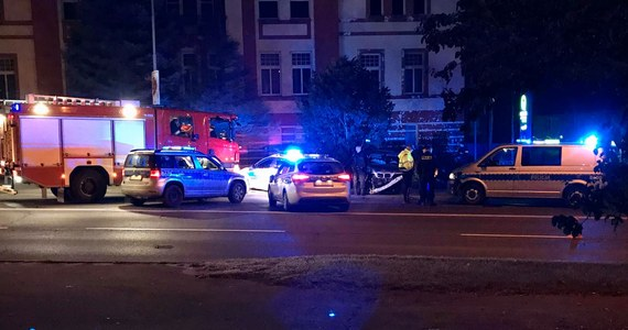 Zderzeniem z latarnią i dachowaniem zakończył się nocny policyjny pościg na ulicach Jeleniej Góry. Zatrzymano 41-letniego kierowcę, który mógł być pod wpływem narkotyków i miał zakaz kierowania wszelkimi pojazdami oraz 39- letniego pasażera, przy którym znaleziono narkotyki.