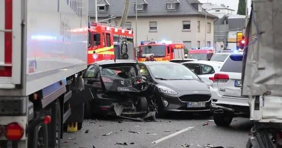 Osiem osób zostało rannych, kiedy mężczyzna prowadzący skradzioną ciężarówkę staranował osiem samochodów w miasteczku Limburg w Hesji w środkowych Niemczech. Policja nie wyklucza, że był to zamach. Lekko ranny sprawca został ujęty.