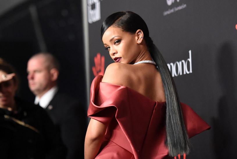 """Rihanna zdradziła na swoim Instagramie, że od pięciu lat pracowała nad autobiograficznym albumem, który jeszcze w październiku odda w ręce fanów. Publikacja """"The Rihanna Book"""" zawiera tysiące prywatnych zdjęć artystki, dobranych i ułożonych tak, by przedstawić historię jej kariery."""