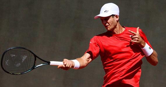 Hubert Hurkacz wygrał z rozstawionym z numerem dziewiątym Francuzem Gaelem Monfilsem 6:2, 7:6 (7-1) w drugiej rundzie turnieju tenisowego ATP rangi Masters 1000 na twardych kortach w Szanghaju.