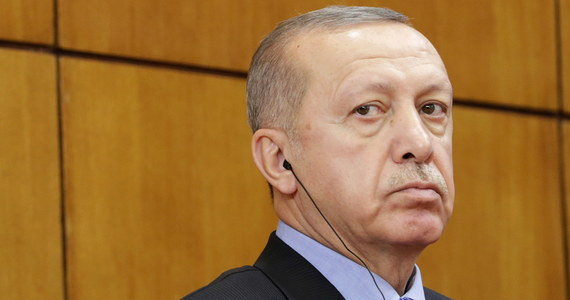Turcja w nocy z poniedziałku na wtorek przeprowadziła naloty na iracko-syryjską granicę. Atak miał na celu odcięcie kurdyjskim siłom trasę używaną w celu wzmocnienia ich obszarów na północy Syrii - informuje agencja Reutera, powołując się na tureckich urzędników.