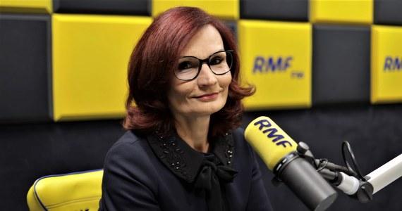 """""""Jest i czerwony alert, i czekamy na to co będzie. Przygotowania trwały wiele miesięcy"""" – mówiła w Popołudniowej rozmowie w RMF FM szefowa Krajowego Biura Wyborczego Magdalena Pietrzak, pytana o stan przygotowań do najbliższych wyborów parlamentarnych. """"Wszędzie są skompletowane obwodowe komisje wyborcze. Od wyborów do Parlamentu Europejskiego nie mamy już tego problemu, z którym borykaliśmy się jesienią"""" – zaznaczyła. Dodała, że w ubiegłym tygodniu przeprowadzono ogólnopolski test systemu liczącego głosy."""