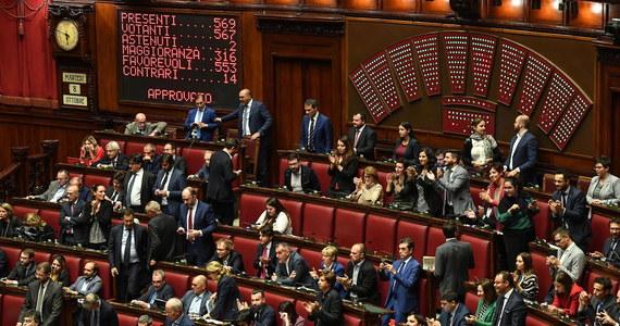 Włoska Izba Deputowanych przyjęła we wtorek ustawę o zmniejszenie liczby parlamentarzystów. Ustawa przygotowana z inicjatywy Ruchu Pięciu Gwiazd przewiduje zmniejszenie składu niższej izby parlamentu z 630 do 400 deputowanych, a Senatu z 315 do 200.