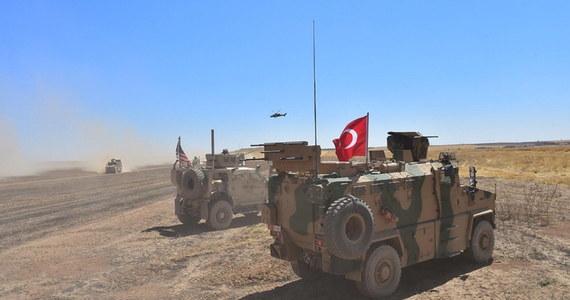"""Tureckie wojsko wspólnie z rebeliantami z Wolnej Armii Syryjskiej """"wkrótce"""" przekroczy granicę z Syrią - oświadczył na Twitterze szef komunikacji społecznej w biurze prezydenta Turcji Recepa Tayyipa Erdogana, Fahrettin Altun. Jak podkreślił, celem operacji będzie pozbycie się zagrożenia ze strony kurdyjskich Ludowych Jednostek Samoobrony (YPG), które Ankara uważa za organizację terrorystyczną. Co istotne, YPG stanowią główny trzon wspieranych przez USA Syryjskich Sił Demokratycznych (SDF), które odegrały decydującą rolę w pokonaniu Państwa Islamskiego na terenie Syrii i kontrolują obecnie większość terenów na północy kraju."""