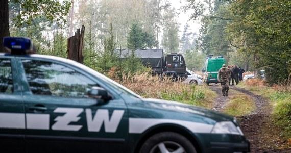Ze względów bezpieczeństwa na razie nie można dotrzeć do ciał dwóch saperów, którzy zginęli w eksplozji niewybuchu w kompleksie leśnym w pobliżu Kuźni Raciborskiej (Śląskie). Na razie niemożliwe jest też przeprowadzenie oględzin. Teren musi wcześniej zostać oczyszczony z pocisków - przekazała katowicka prokuratura. Z uwagi na wagę wydarzenia, śledztwo w sprawie przejęła i poprowadzi Prokuratura Okręgowa w Warszawie.