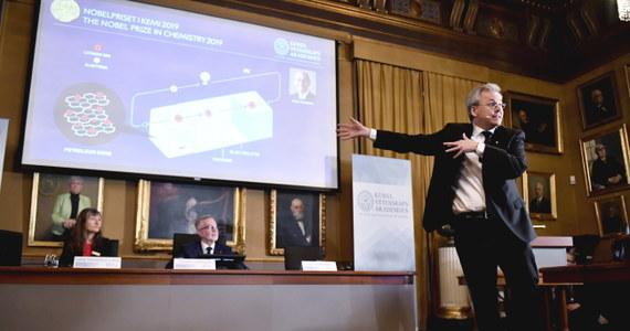 Królewska Szwedzka Akademia Nauk przyznała tegoroczną nagrodę Nobla w dziedzinie chemii twórcom baterii litowo-jonowych. Laureaci, urodzony w Niemczech Amerykanin John B. Goodenough, Brytyjczyk M. Stanley Whittingham i Japończyk Akira Yoshino, dokonali indywidualnych odkryć, które w sumie pozwoliły stworzyć baterie wielokrotnego użytku, które już zrewolucjonizowały nasze życie. Dzięki nim tworzymy społeczeństwo mobilne, zasilają bowiem nasze smartfony, laptopy i... samochody elektryczne, dzięki nim także spodziewamy się postępów w wykorzystaniu odnawialnych źródeł energii.