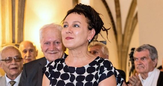 Pisarka Olga Tokarczuk otrzymała literacką nagrodę Nobla. Gratulacje płyną nie tylko od krytyków i czytelników, ale także od polityków. Padają słowa o radości i dumie, a także o pozycji polskiej literatury na świecie.