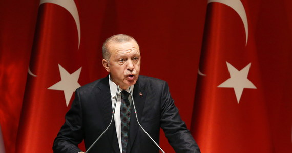 Blisko 110 bojowników zginęło od wczoraj w tureckiej ofensywie na północnym wschodzie Syrii - oświadczył prezydent Turcji Recep Tayyip Erdogan. Europie zagroził, że jeśli ofensywę uzna za okupację, wyśle do niej przebywających w Turcji syryjskich uchodźców.