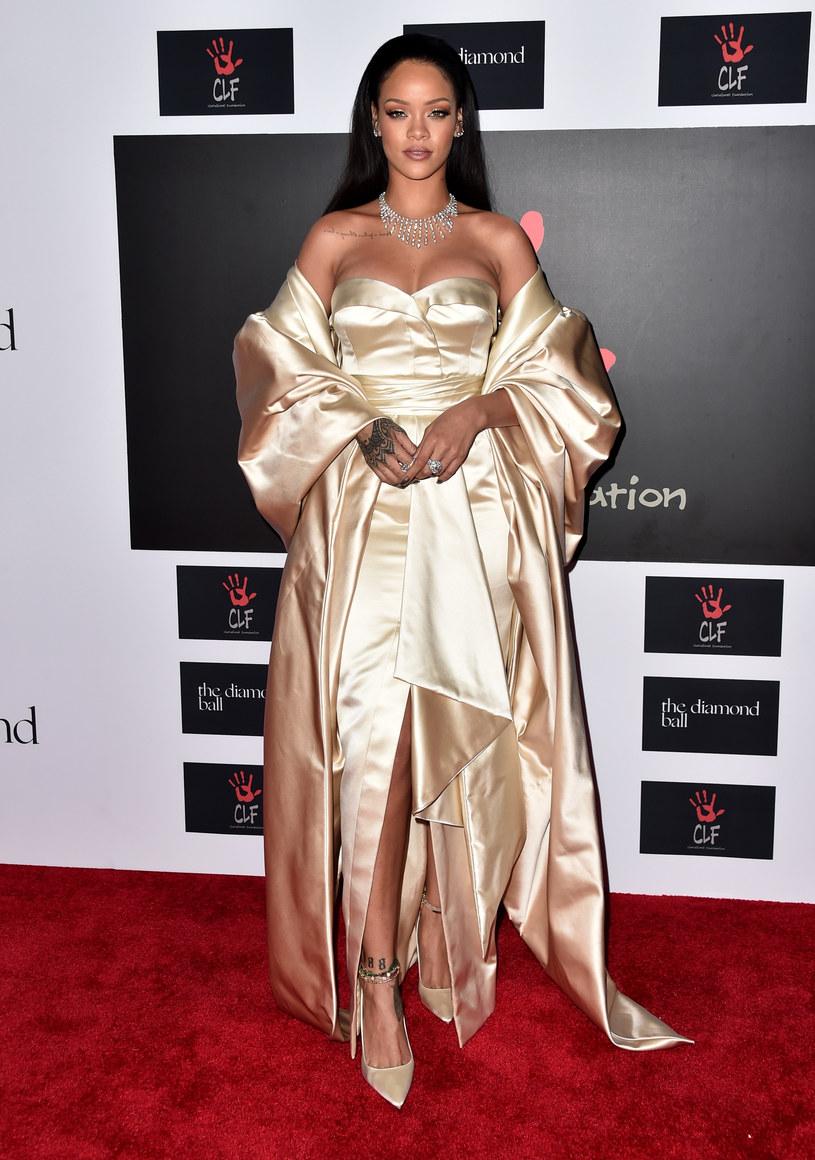 """W internetowym programie Anny Wintour i magazynu """"Vogue"""" Rihanna zdradziła, że ma własny projekt sukni ślubnej. Opowiedziała również o swoim tajemniczym związku. Nieoficjalnie mówi się, że nowym partnerem wokalistki jest saudyjski biznesmen Hassan Jameel."""