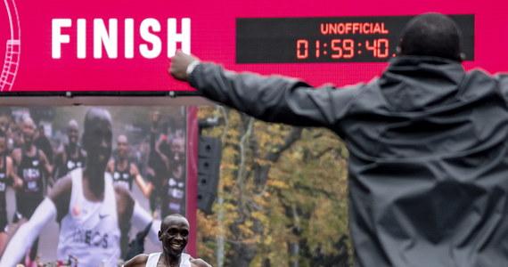 Tego nie dokonał jeszcze nikt na świecie. Kenijczyk Eliud Kipchoge przebiegł maraton z czasem poniżej dwóch godzin. W sobotę, podczas specjalnej próby w Wiedniu, pokonał 42,195 km w czasie 1:59:40. Wynik nie zostanie jednak uznany jako oficjalny rekord globu, bowiem uzyskany został w specjalnych warunkach.
