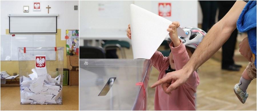 45,94 procent uprawnionych do głosowania Polaków oddało głos w wyborach parlamentarnych do godziny 17:00! Takie dane dot. frekwencji przekazała Państwowa Komisja Wyborcza. W porównaniu do wyborów sprzed czterech lat to wzrost o 6,97 procent. W RMF FM i na RMF 24 dzień wyborów relacjonowaliśmy dla Was minuta po minucie: poniżej znajdziecie najważniejsze informacje oraz filmy i zdjęcia przesłane nam przez naszych Słuchaczy i Czytelników!